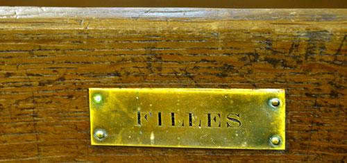 un banc anciennement réservé aux filles dans l'église de la Chaussée-Tirancourt, pays de Somme